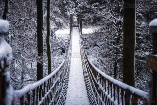 Schneebedeckte Hängebrücke